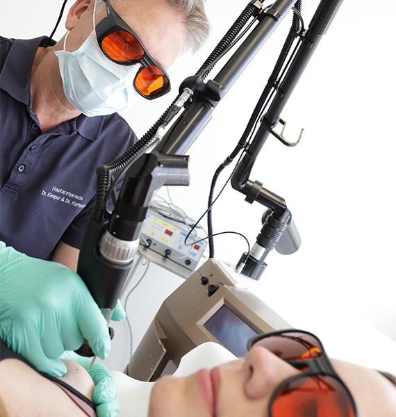 Dr. med. Dirk Robert Klesper behandelt Patienten